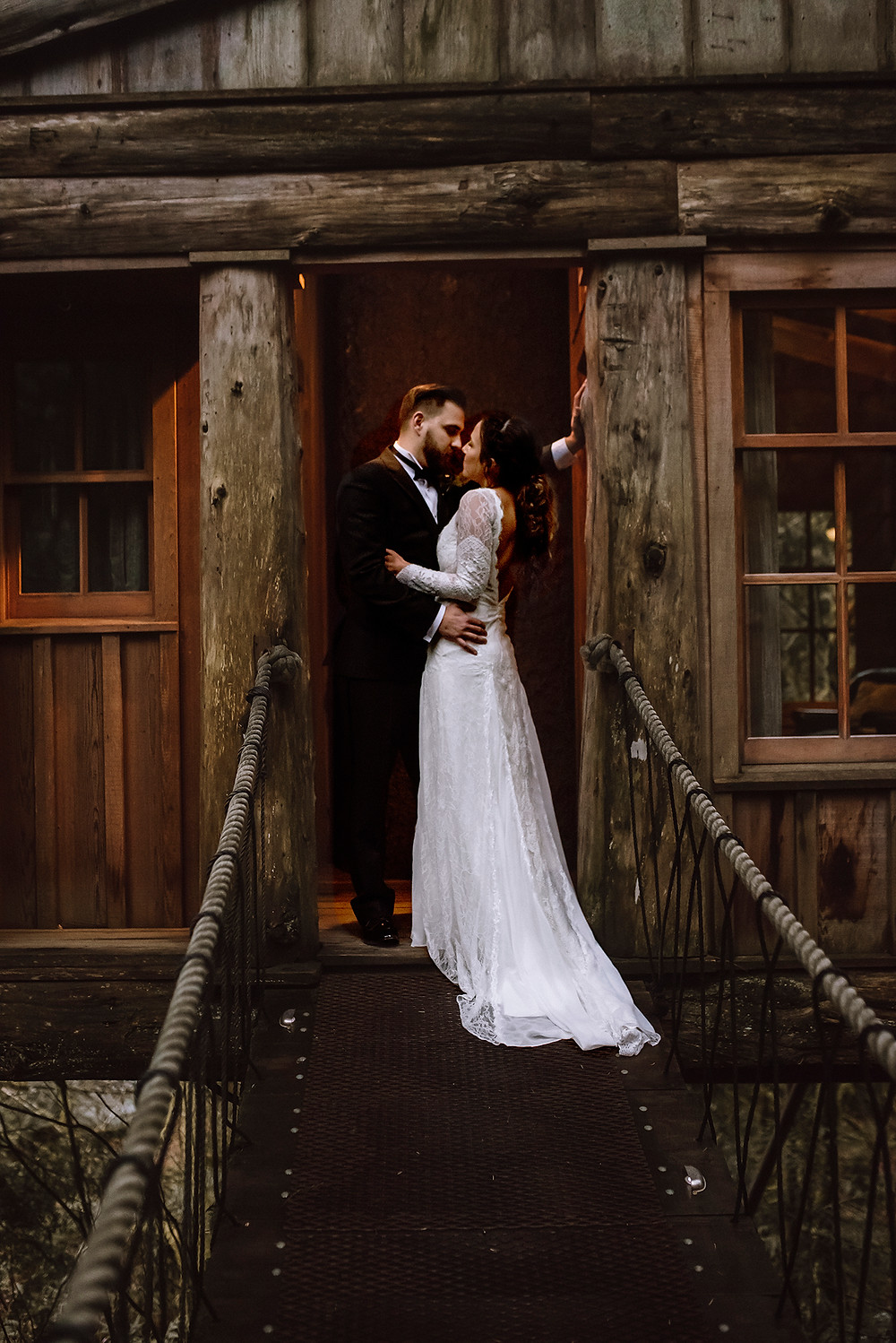 Treehouse wedding bride and groom