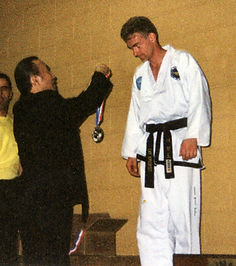 GM Hee Il Cho presents Mr Anslow with one of his WC medals in 2000