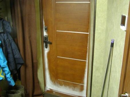 Почему потеет и промерзает входная дверь — что делать.