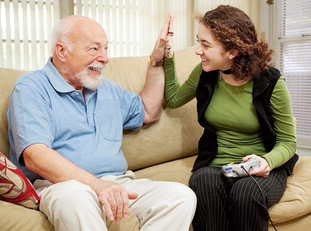 personne âgée heureuse d'être en accueil familial