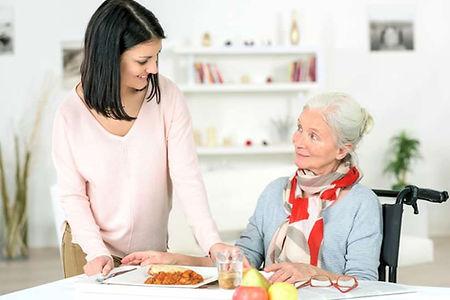 Femme qui se fait servir à manger par sa Famille d'Accueil