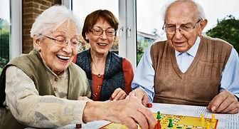 Deux personnes âgées qui jouent à un jeu de société en Accueil Familial