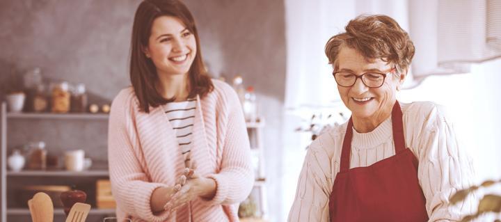 Une famille d'accueil et son accueillie cuisine ensemble