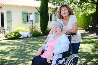 Famille d'accueil pour personnes âgées dans son jardin