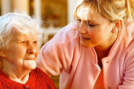 Dame âgée avec son accuillate amilial