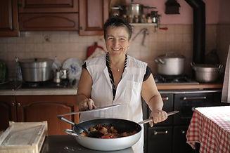 Famille d'accueil pour personnes âgées en train de cuisiner