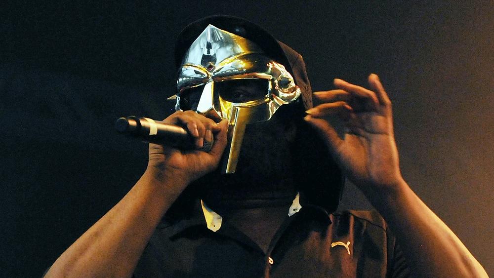 Daniel Dumile számos álnéven alkotott. Védjegye a maszk, ami nélkül szinte sosem lehetett látni, alteregói közül pedig legismertebb MF DOOM, aki az underground hip-hop meghatározó alakjává vált. 2021 Dumile váratlan halálának hírével indult. De nézzük, hol kezdődött a története.