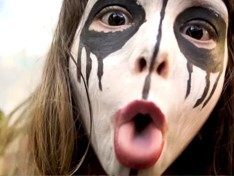 """Pata contesta a felicidade plástica e pré-fabricada no videoclipe de """"Downer"""""""