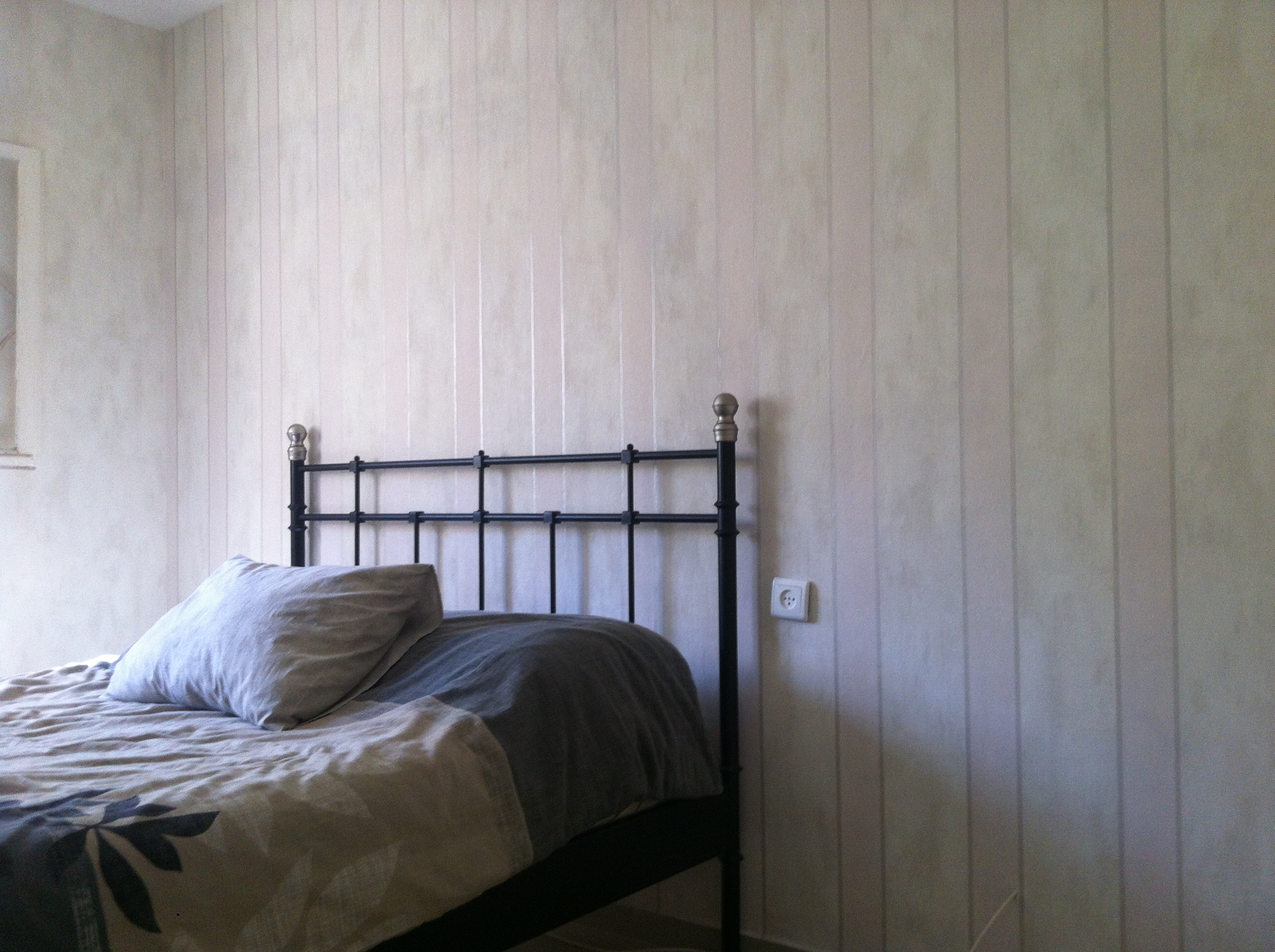 טפט פסים בחדר שינה