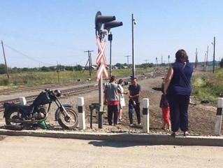 Мотоциклист врезался в поезд в Новосибирской области