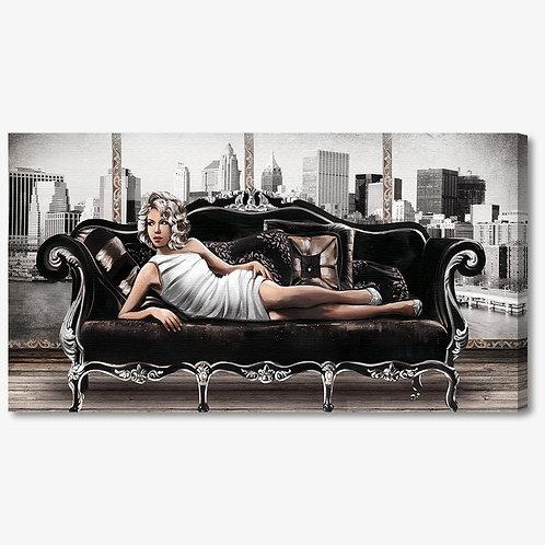 M995 - Quadro moderno donna sul divano con vestito elegante bianco