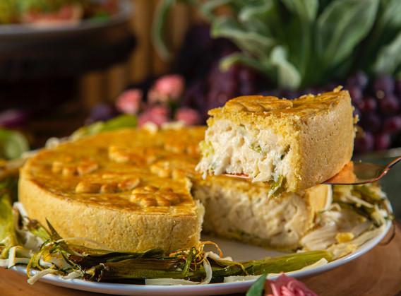 Torta cremosa de palmito, alho poró e azeitonas verdes.