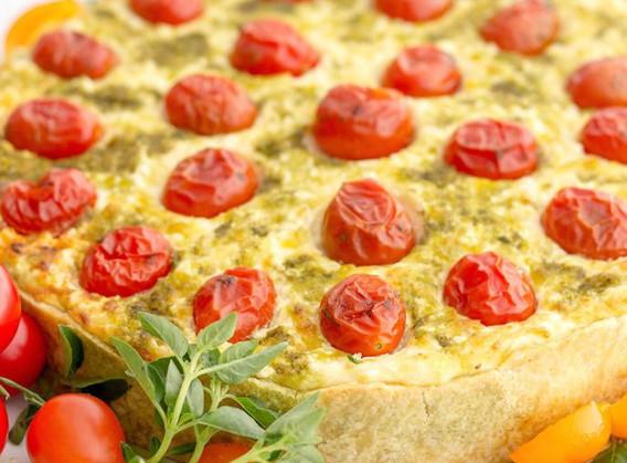 Quiche de queijos, tomatinhos confitados e fios de pesto.