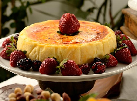 Cheesecake brûllé de catupiry com frutas vermelhas confitadas.