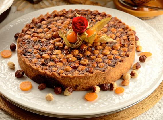 Torta toffee de avelas acompanhada de creme ingles.