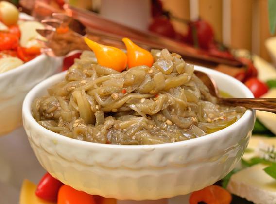 Escabeche de berinjelas, cebolas e pimenta biquinho.