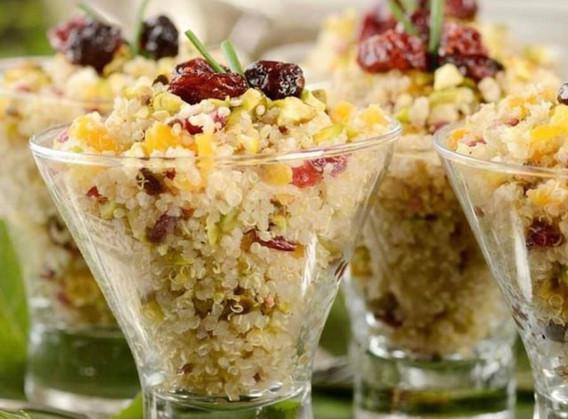Saladinha de couscous marroquino com nuts, frutas secas e ervas frescas no azeite de especiarias.