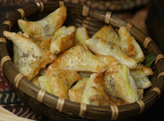 Pasteizinhos folhados recheados com casquinha de siri.