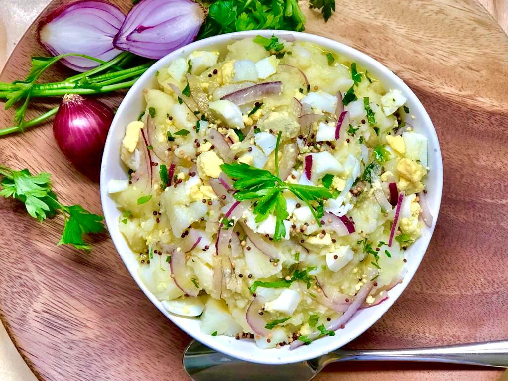 Salada rústica de batatas com ovos cozidos e cebola roxa e ao creme de mostarda