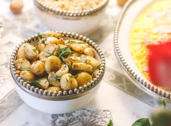 Assadeira de batatinhas ao murro e roasted garlic no azeite de ervas.