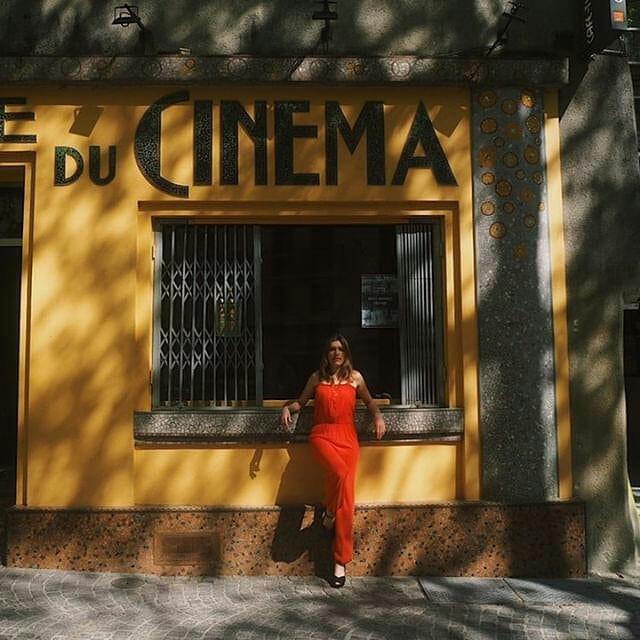 Une combinaison rouge de la Môme Vintage dans un décor Odorico