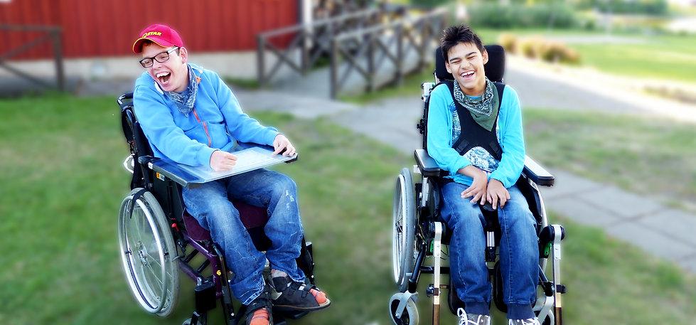 Två glada Novasis kunder på vår sommaraktivitet