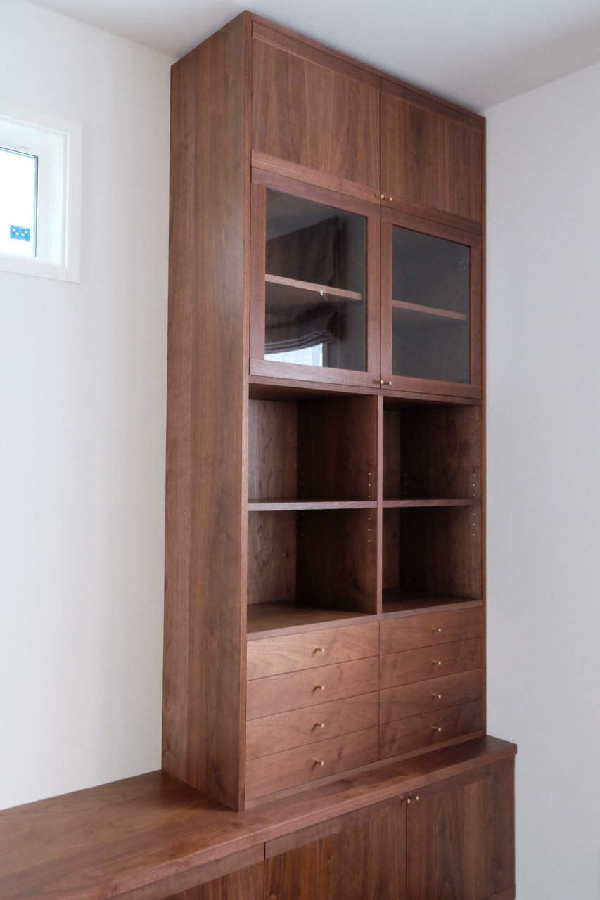 扉の無い棚は、お気に入りの本や物を置いて飾り棚として。