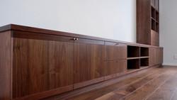 天板には厚い無垢材を。本体と扉の大部分は突板合板を使っています。