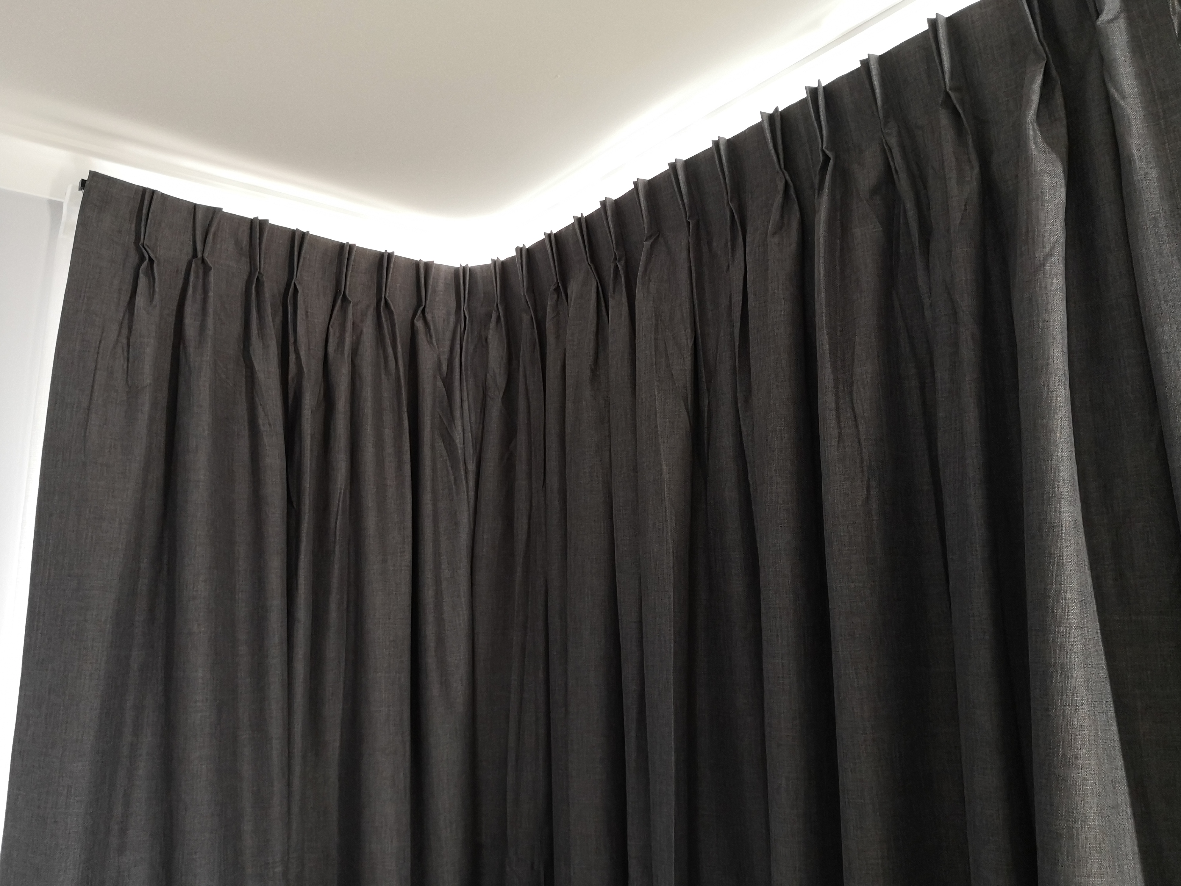 Double pinched curtain for corner window