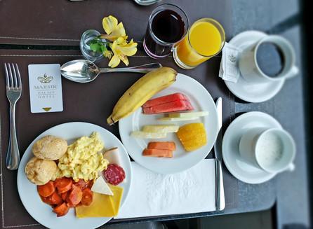 No Hotel Majestic Palace, o café da manhã e a piscina incrível