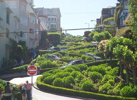 Pela Lombard Street