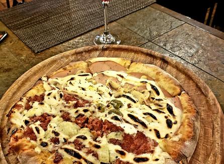 No restaurante Pirandello, pizza com vinho, em Bento Gonçalves