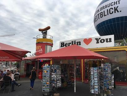 Hot dog e cerveja em Checkpoint Charlie, em Berlim