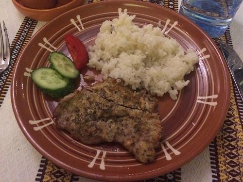 Carne de porco, arroz e pepino