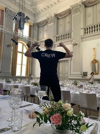 Tarjoilija häissä Ritarihuoneella Helsingissä näyttää paitaansa, jossa lukee Crew.