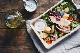 Epic Foods tarjoaa pitopalveluruokaansa kauniissa salaateissa pienissä kesähäissä Helsingissä.