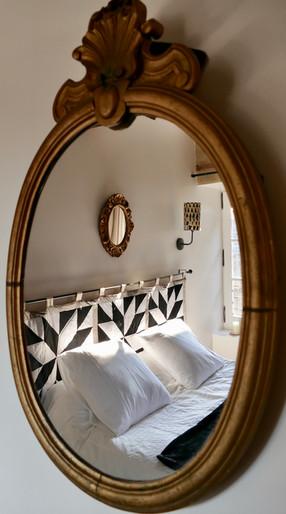 miroir reflectant le lit d'HENRI