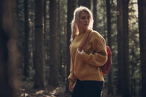 Donna escursionismo all'aperto