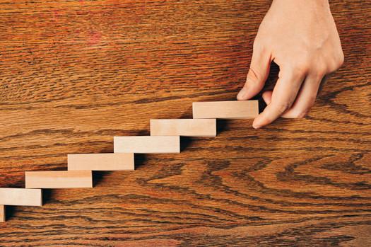 man-wooden-cubes-table-management-market