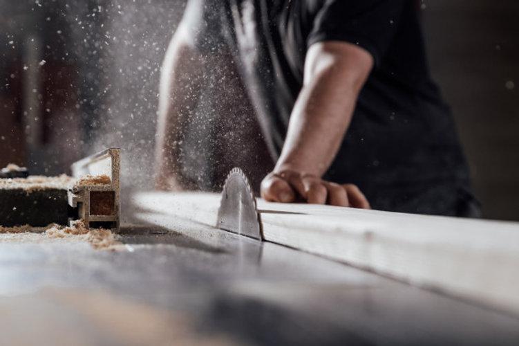 man-cuts-wood-circular-saw-joinery_15502