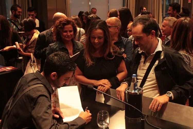 Davide Siddi firma le copie del suo primo cahier de voyage