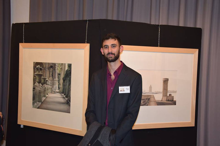 Davide Siddi davanti alle sue opere esposte alla biennale di St. Chamond