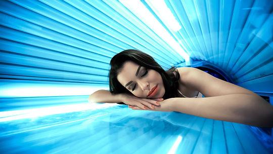Frau im Solarium mit Collagen Lichttherapie