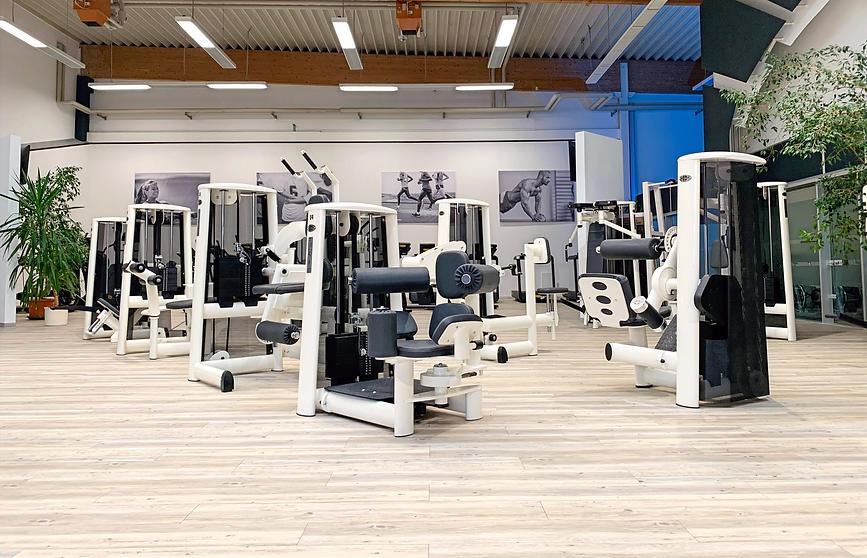 Premium Fitnessstudio mit modernen Gerätetraining