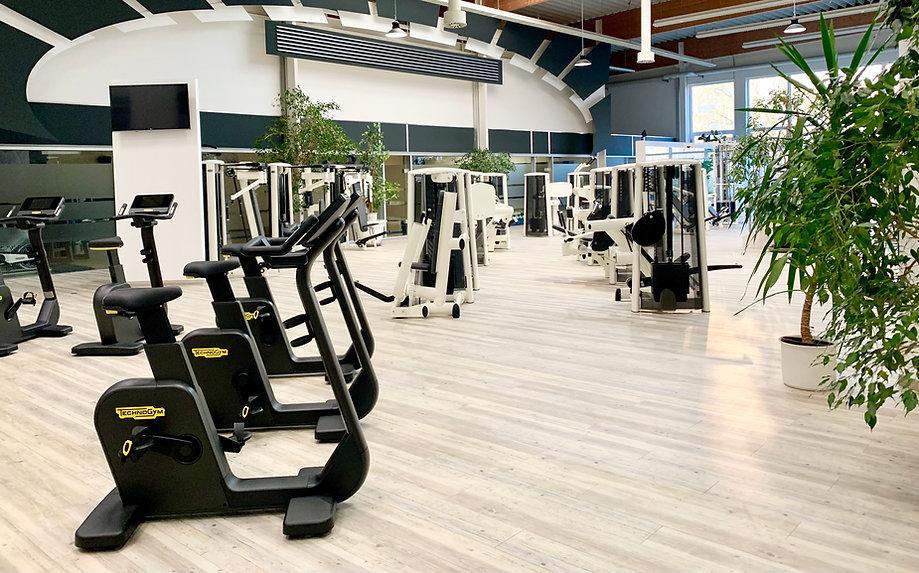 Moderne Fitnessgeräte in hellen und großen Raum