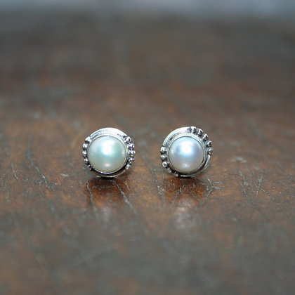 Round Detailed Pearl Studs