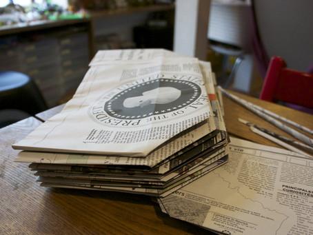 ご近所さんと新聞エコバッグ作り。