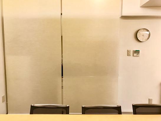 キッチンスペースのロールアップスクリーン