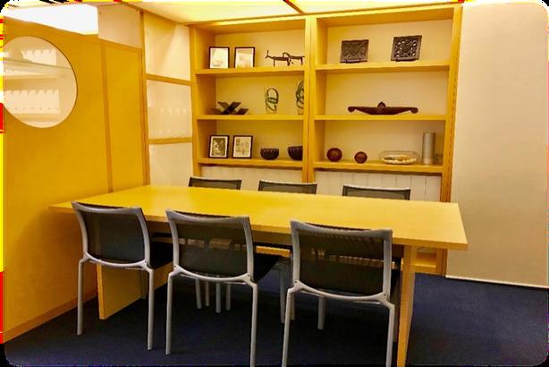 落ち着いた雰囲気のミーティングスペース