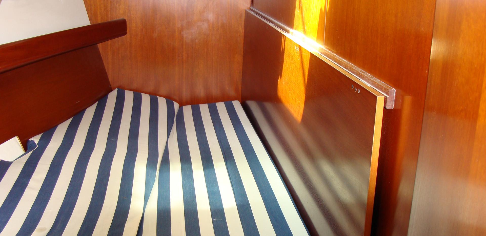 Oceanis 473 front cabin.JPG